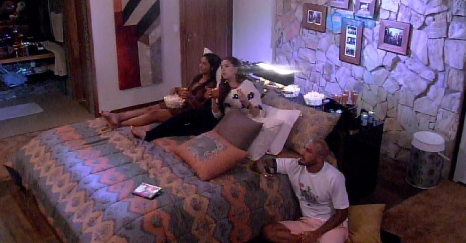 24.fev.2015 - Fernando, mesmo sendo líder, senta no chão para não dividir a cama com Amanda e Tamires na sessão de cinema