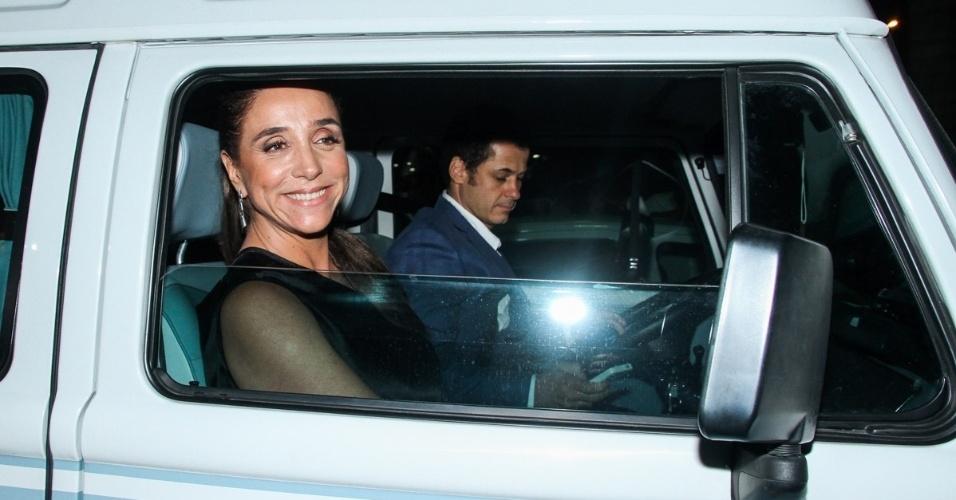 24.fev.2015 - Marisa Orth vai de Kombi ao casamento de Fernanda Souza e Thiaguinho