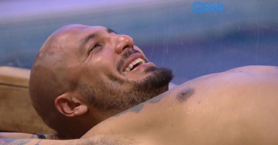 24.fev.2015 - Na sauna com Rafael, o produtor cultural Fernando diz que gostou da conversa que teve com Amanda e Tamires na noite passada