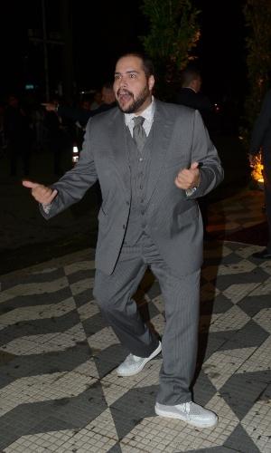 24.fev.2015 - O ator Thiago Abravanel chega para o casamento de Thiaguinho e Fernanda Souza