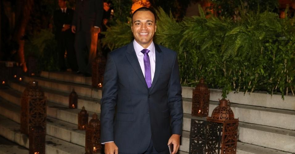 24.fev.2015 - O ex-jogador Denilson chega para o casamento de Fernanda Souza e Thiaguinho