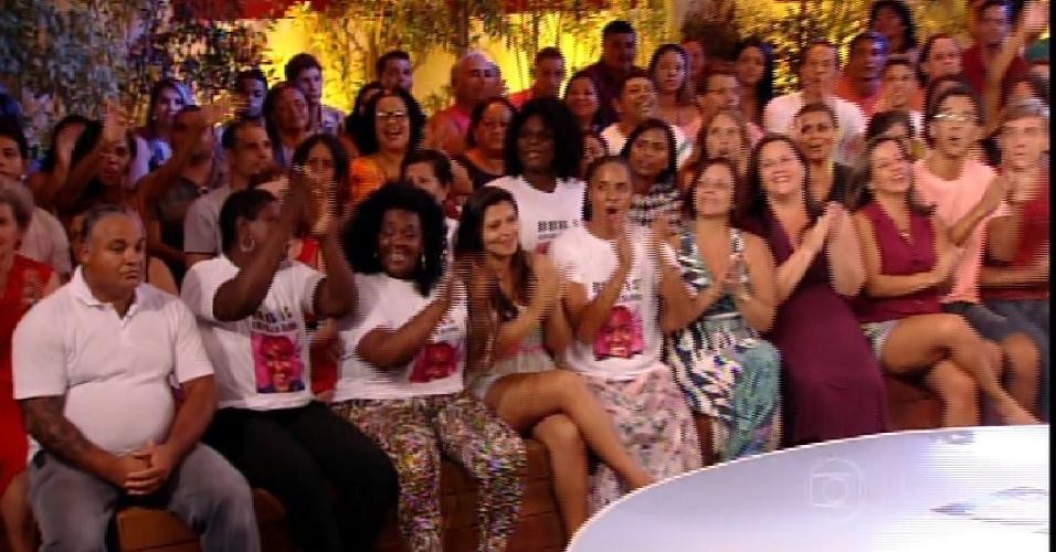 """24.fev.2015 - Pedro Bial mostra a família de Angélica na plateia do quinto paredão do """"BBB15"""""""