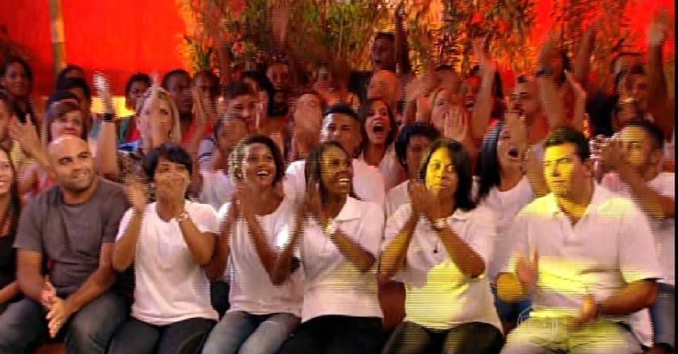 """24.fev.2015 - Pedro Bial mostra a família de Luan na plateia do quinto paredão do """"BBB15"""""""