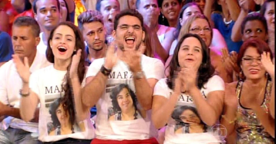 """24.fev.2015 - Pedro Bial mostra a família de Mariza na plateia do quinto paredão do """"BBB15"""""""