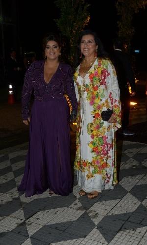 24.fev.2015 - Preta Gil e Regina Casé chegam para o casamento de Thiaguinho e Fernanda Souza. A cantora Preta Gil é uma das madrinhas do casal