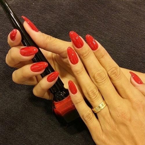 """24.fev.2015 - Vera Viel, mulher do apresentador Rodrigo Faro, também optou pelo vermelho nas unhas para o casório: """"Me preparando para o casamento!!"""", escreveu ela"""