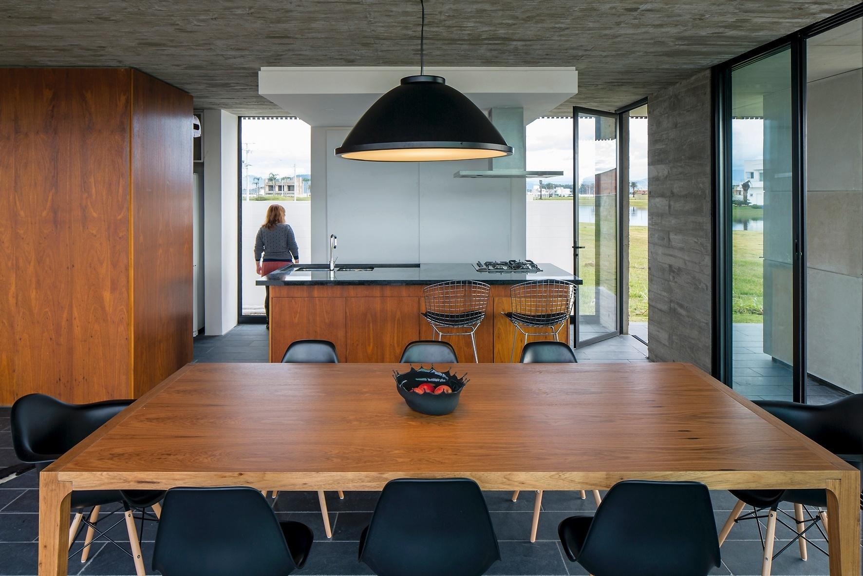 A integração entre a sala de jantar e a cozinha deu praticidade à rotina da Casa Xan, projetada pelo escritório MAPA, além de facilitar a circulação. A madeira itaúba promove interessante contraste com o concreto aparente e aquece o ambiente