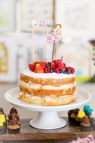 bolo sem pasta americana | Bolo da Soul Sweet com quatro camadas de pão-de-ló, creme de baunilha no recheio e muito açúcar de confeiteiro para o acabamento