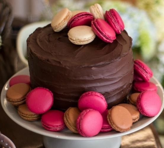 bolo sem pasta americana | Esse bolo da Soul Sweet tem cobertura de ganache e macarons em tons de rosa, soltos no topo e no prato