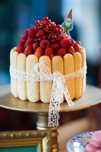 bolo sem pasta americana | Bolo de pão-de-ló da Soul Sweet (soulsweet.com.br) com creme de baunilha e frutas vermelhas. No entorno, bolachas champanhe fazem o acabamento