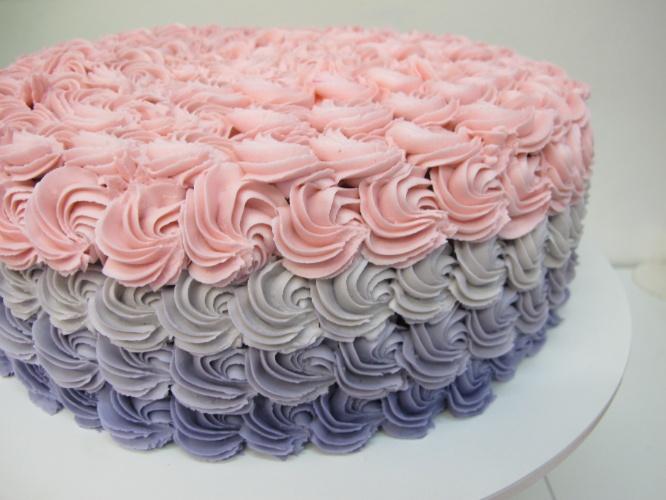 bolo sem pasta americana | Nesse bolo da Santo Açúcar, a cobertura foi feita com degradê de chantilly em quatro cores