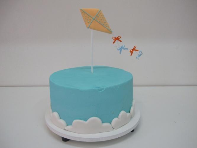 bolo sem pasta americana | A Santo Açúcar (www.santoacucar.com.br) assina o bolo liso confeitado com creme de baunilha