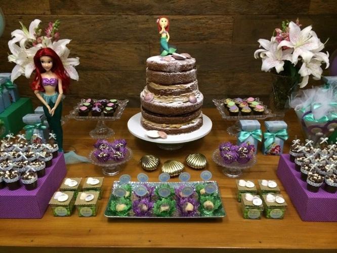 bolo sem pasta americana | Outra opção da Saimon Garcia. Nessa opção, a princesa Ariel ganhou um bolo que reproduz uma pedra do mar. O açúcar de confeiteiro foi espalhado por cima das camadas