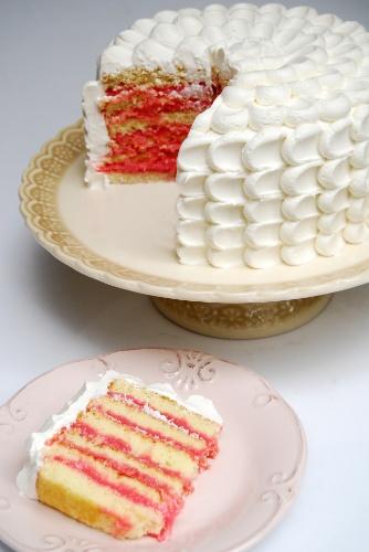 bolo sem pasta americana | Simples e com recheio de bicho-de-pé, o bolo da Nika Linden é coberto com chantilly e tem acabamento espatulado