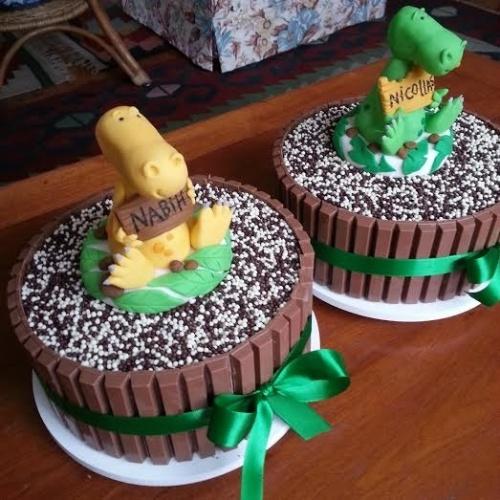 bolo sem pasta americana | Os dois bolos da Marina Mariutti (www.marinamariutti.com.br) foram feitos de brigadeiro com acabamento de barras de chocolate. Apenas os topos de dinossauro com nome do aniversariante foram feitos de pasta americana