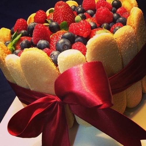 bolo sem pasta americana | Outra sugestão da Mari com Açúcar, o bolo finalizado com bolachas champanhe leva frutas vermelhas no recheio e na cobertura