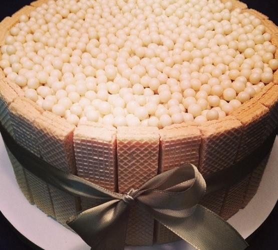 bolo sem pasta americana | Bolo da Mari com Açúcar feito com pão-de-ló e recheio de doce de leite. Para o acabamento, pérolas de chocolate e biscoitos tipo waffles