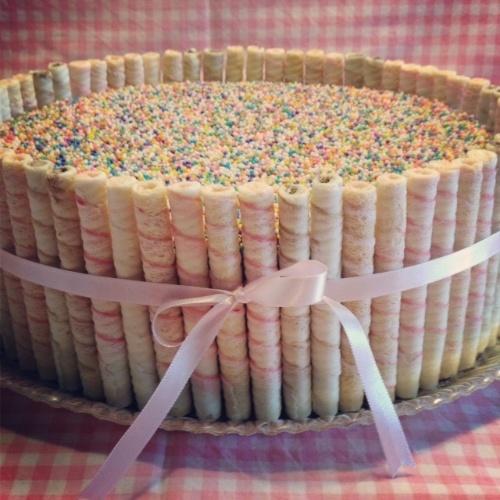 bolo sem pasta americana | Nessa outra opção da Mari com Açúcar, o bolo teve cobertura de bicho-de-pé e granulado colorido e foi envolto em canudinhos de biscoito