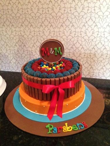 bolo sem pasta americana | A cake designer Maria Glaucia Festas (www.mariaglaucia.com.br) criou o bolo com acabamento de barras de chocolate, confeitos de chocolate e brigadeiros, enrolados com açúcar colorido, no topo