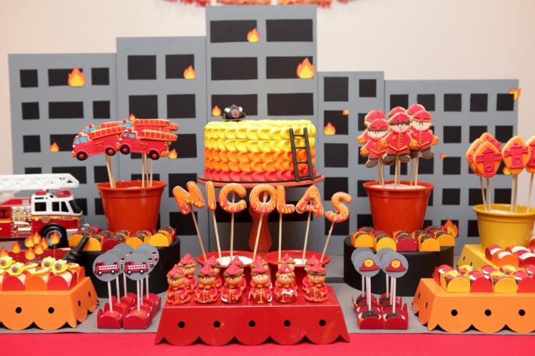 bolo sem pasta americana | Para uma festa com o tema bombeiros, a Nika Linden fez um um bolo com acabamento em degradê de chantilly colorido