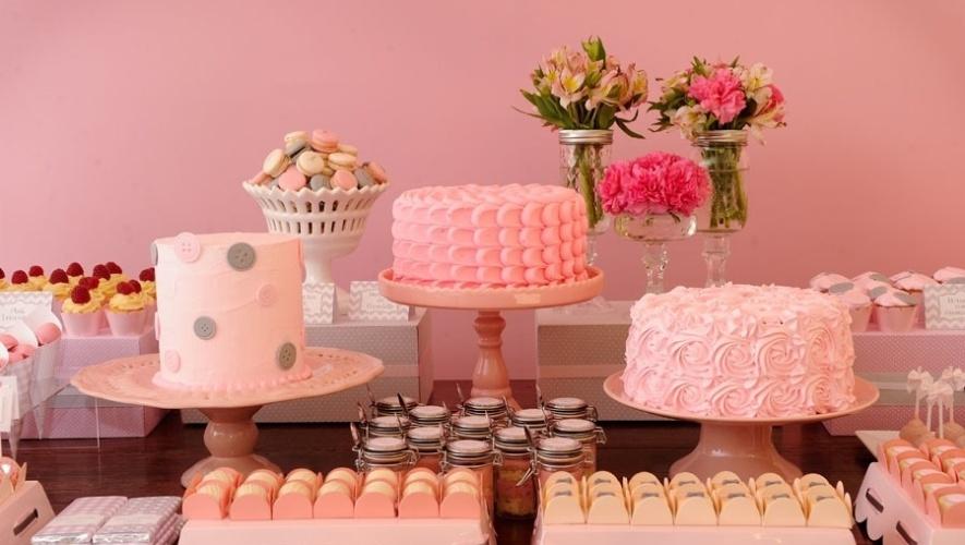 bolo sem pasta americana | Bolos criados por Nika Liden (www.nikaliden.com.br) com três diferentes tipos de texturas, criadas, a partir da esquerda, com glacê, chantilly e marshmallow