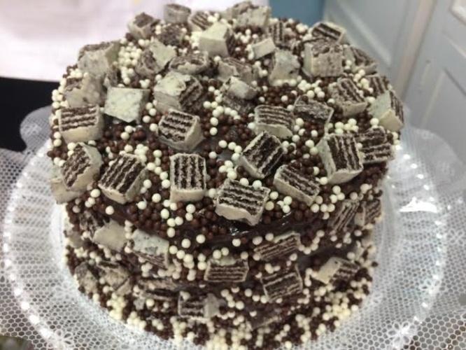 bolo sem pasta americana | O bolo pão-de-ló do Ateliê Dona Formiga ganhou cobertura de brigadeiro, bolinhas de chocolate e pedaços de Bis branco