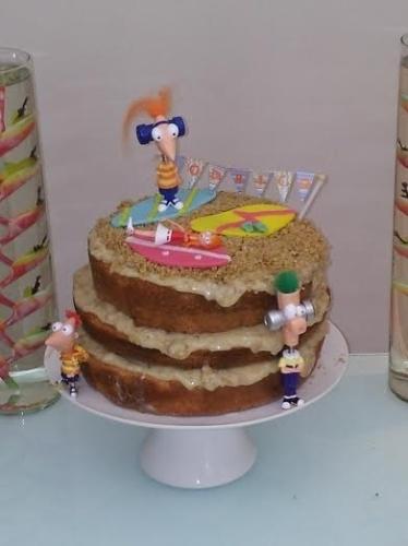 bolo sem pasta americana | Esse bolo do Ateliê Dona Formiga (www.ateliedonaformiga.com.br) reproduziu uma praia dos personagens Phineas e Ferb, do desenho hômonimo da Disney, foi reproduzida com nozes e muito recheio, transbordando pelas laterais