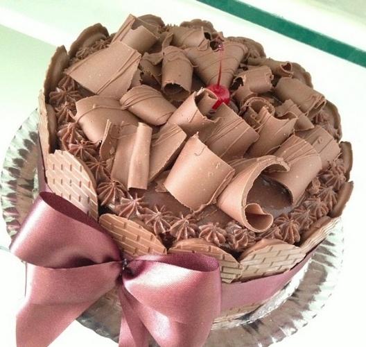bolo sem pasta americana | O bolo simples de brigadeiro contou com cobertura de raspas de chocolate e aplicações de gotinhas também de brigadeiro. A fita de cetim dava suporte ao chocolate nas laterais da massa. Outra opção da Limão Doce