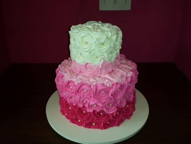 bolo sem pasta americana | São apenas dois andares, mas a empresa Kate Cake (instagram.com/katecake_) criou um jogo de cores com chantilly para desenhar as rosas que enfeitam o bolo. Pérolas comestíveis foram colocadas uma a uma