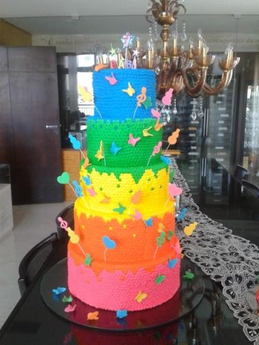 bolo sem pasta americana | Nesse bolo da Ana Lu Gourmet, um arco-íris de cores tomou conta dos cinco andares. O acabamento era todo feito em glacê real