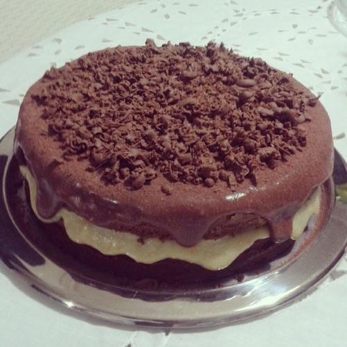 bolo sem pasta americana | Outra opção da Michele Bolos. Simples, o bolo de chocolate tem recheio de leite condensado e raspas de chocolate para acompanhar a cobertura