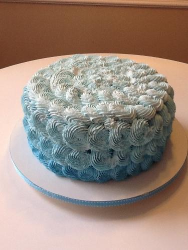 bolo sem pasta americana | Esse bolo da Le Malu tem por dentro massa de bem-casado com doce de leite. Por fora, é finalizado com cobertura de chantilly com corante azul, trabalhada em degradê