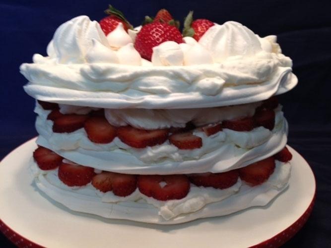bolo sem pasta americana | O bolo de merengue produzido pela Mari com Açúcar (www.maricomacucar.com.br) leva morango, suspiros e chantilly em três camadas