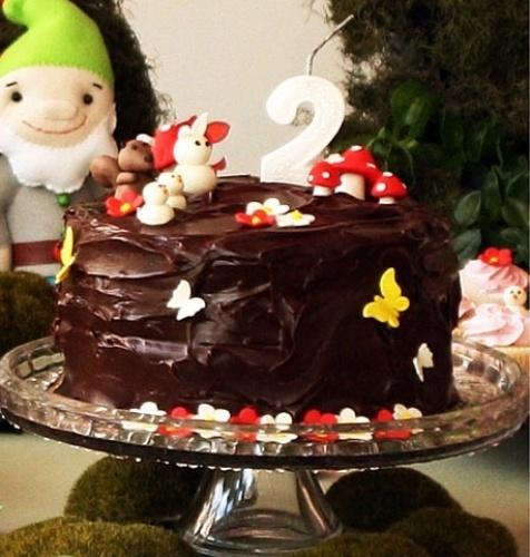 A estrela desse bolo da Soul Sweet é a cobertura de ganache. A pasta americana até aparece, mas nos detalhes, como as florzinhas e os cogumelos