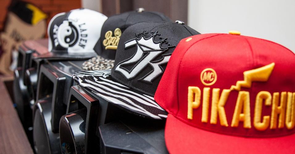 25.fev.2015 - As principais estrelas da KL Produtora têm suas próprias marcas de boné, que são distribuídos para fãs