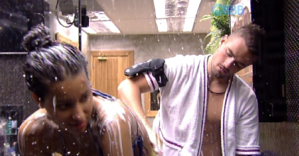 25.fev.2015 - Depois de desperdiçar água, Talita recebeu a ajuda do namorado Rafael na hora de tomar banho