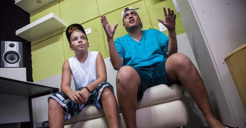 25.fev.2015 - MC Pikachu e MC Bin Laden durante entrevista no estúdio da KL Produtoral na zona sul de São Paulo