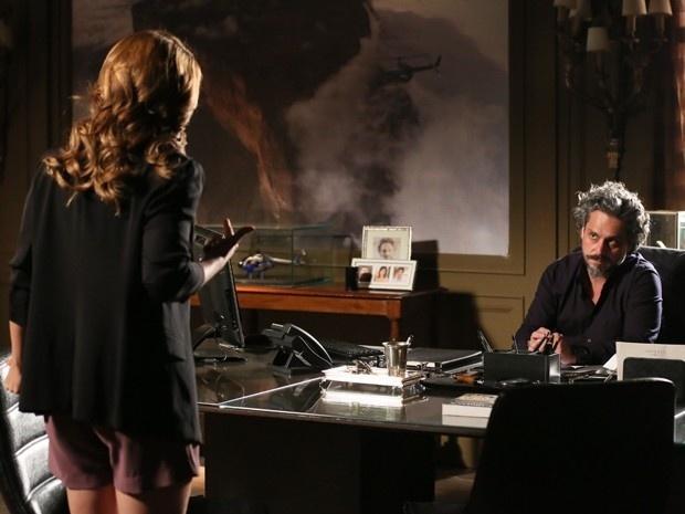 25.fev.2015 - Zé Alfredo (Alexandre Nero) dá uma dura em Cristina (Leandra Leal) após descobrir que ela esconde algum segredo. O pai da diretora financeira da Império pergunta com todas as letras se ela é Fabrício Melgaço. A jovem, por sua vez, mostra-se indignada com a acusação