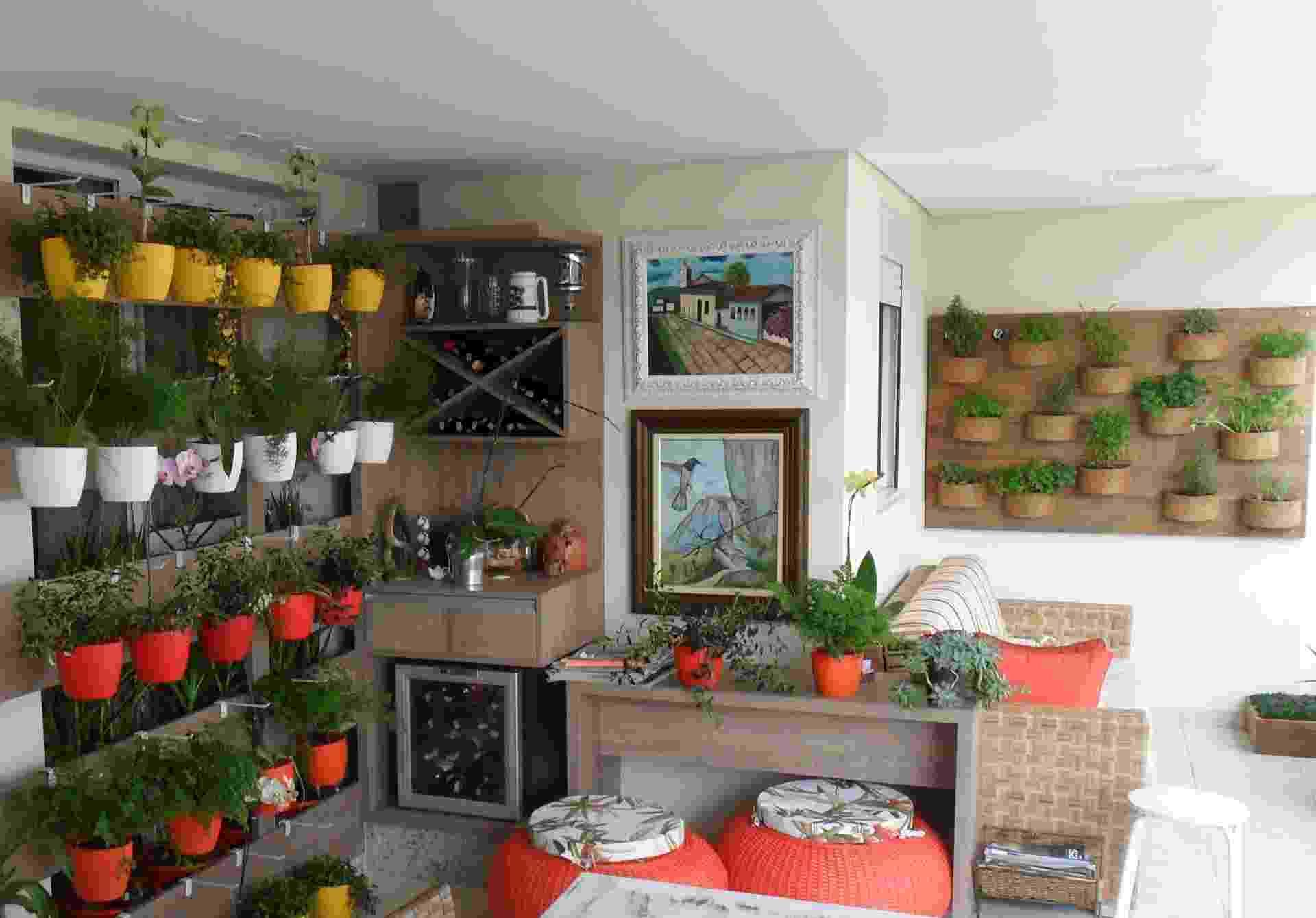 Este projeto do paisagista Eduardo Luppi possui vasos distribuídos em dois painéis nas paredes. O painel de fibra de coco (à dir.) tem temperos como manjericão, salvia, alecrim e cebolinha - Divulgação