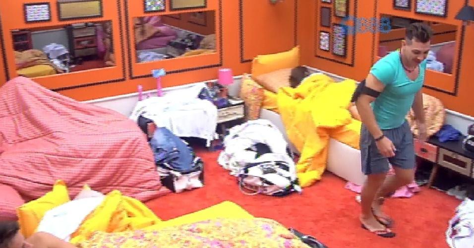 """26.fev.2015 - Cézar entra no quarto laranja atrás de seu par de chinelos. Ele procura e acha ao lado das coisas de Tamires, dizendo que ela """"roubou"""""""