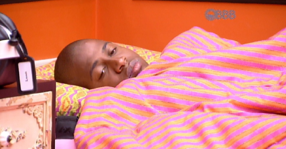 26.fev.2015 - Em silêncio e deitado na cama, Luan observa Talita e Amanda no quarto laranja.