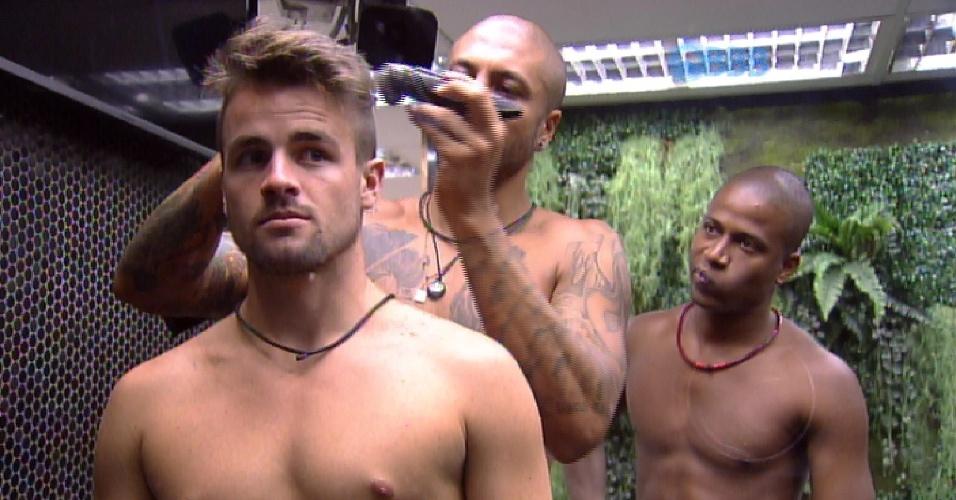 26.fev.2015 - O gerente de salão de beleza Luan aconselha Fernando durante o corte de cabelo de Rafael