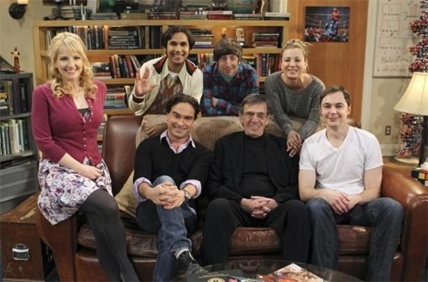 """2012 - Leonard Nimoy com o elenco da série """"The Big Bang Theory"""". O personagem Spock, de """"Guerra nas Estrelas"""", é um dos mais cultuados pelo time do seriado"""