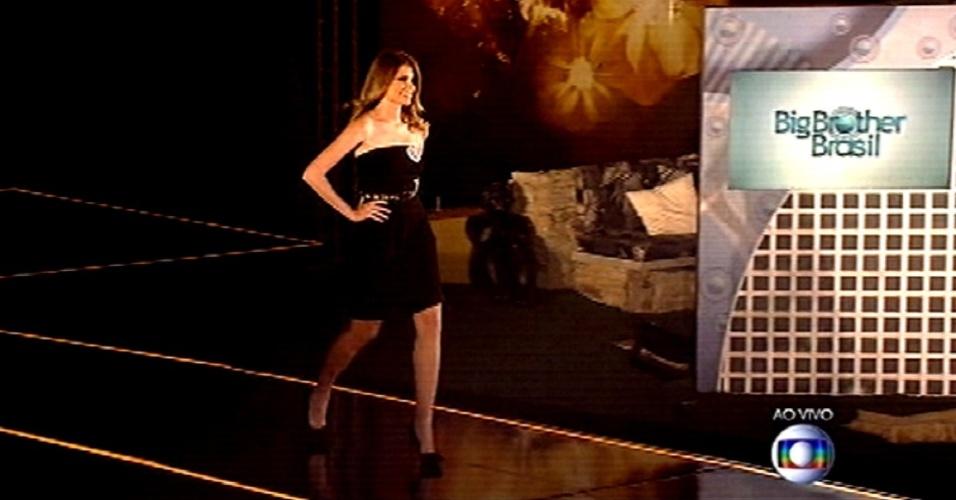"""26.fev.2015 - Modelo desfila na passarela durante a prova que define a sexta liderança do """"BBB15"""""""