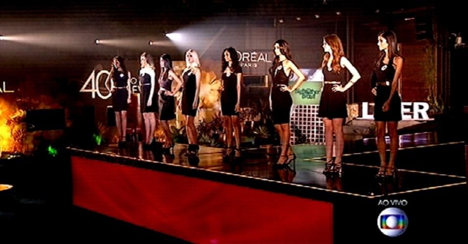 """26.fev.2015 - Modelos se posicionam para serem escolhidas pelos brothers na sexta prova de liderança do """"BBB15"""""""
