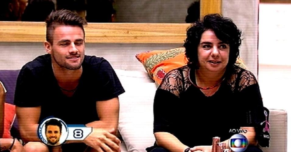 """26.fev,2015 - Rafael e Mariza fazem suas apostas na prova do líder que define o sexto líder do """"BBB15"""""""