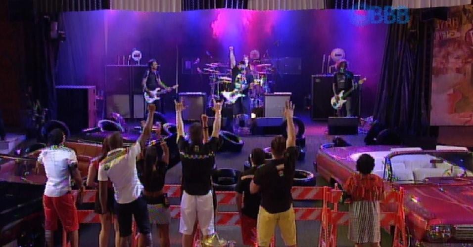 """27.fev.2015 - Banda Raimundos toca """"Mulher de Fases"""" na Festa na Garagem do """"BBB15"""" nesta sexta (27)"""