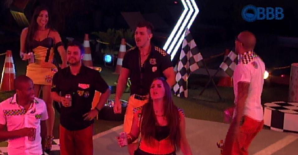 """27.fev.2015 - Brothers cantam """"Mulher de Fases"""" ao som da banda Raimundos na Festa na Garagem desta sexta (27)"""