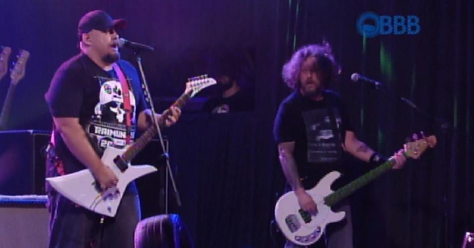 """27.fev.2015 - Digão e Canisso comandam show da banda Raimundos para os participantes do """"BBB15"""" na Festa na Garagem"""