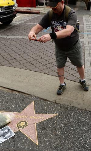27.fev.2015 - Fãs registram a estrela de Leonard Nimoy na Calçada da Fama, em Hollywood